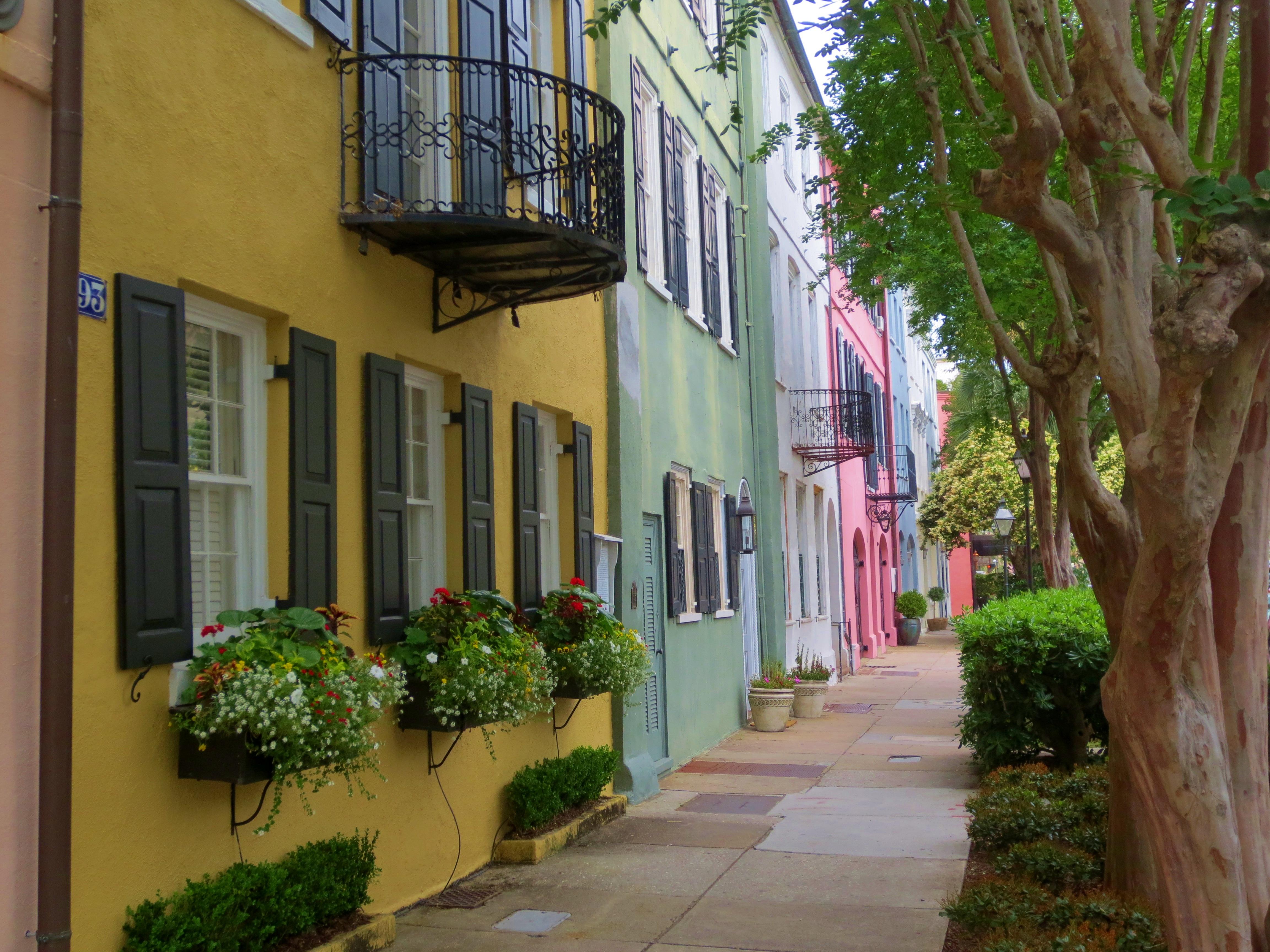 Georgian architecture historic rainbow row in charleston for Charleston row houses